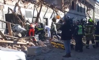 """Tërmeti i fuqishëm në Kroaci, momenti kur një burrë nxirret """"nga vetura e varrosur nën rrënoja"""" - djali i tij ishte me të"""