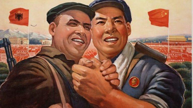 Poster propagandistik i prodhuar në Kinë, me këtë përmbajtje: Rroftë miqësia e përjetshme dhe e pathyeshme e popujve të Kinës dhe Shqipërisë!