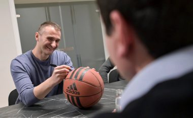 Kurti takon basketbollistin e njohur Edmond Azemi, premton mbështetje më të madhe për sportin