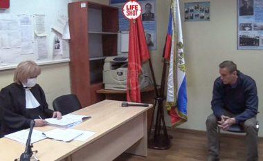 Po përballet me një seancë gjyqësore, Navalny vjen me një video - nga stacioni policor pas kthimit në Rusi
