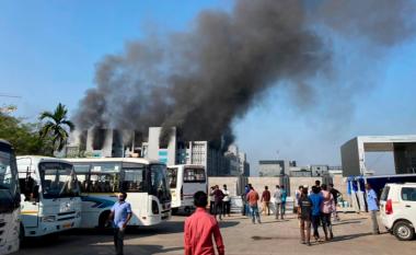 Zjarr në fabrikën e prodhuesit më të madh të vaksinave në botë në Indi
