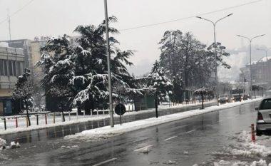 Situatë e rënduar në Gjakovë, vërshime të mëdha nga reshjet e dendura të shiut dhe borës
