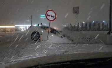 Bllokime rrugësh e aksidente pas reshjeve të borës - apelohet për kujdes