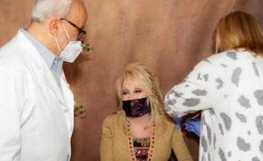 Dolly Parton merr dozën e dytë të vaksinës kundër COVID-19