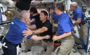Katër astronautët kanë arritur në stacionin hapësinor – pamjet që tregojnë pritjen që iu bë nga kolegët e tyre atje