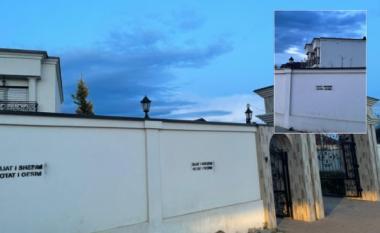 Grafite fyese në muret e oborrit të shtëpisë së deputetes Adelina Grainca