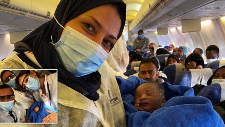 Aeroplani tentoi të bënte ulje emergjente, por gruaja lindi foshnjën e saj në mes të fluturimit