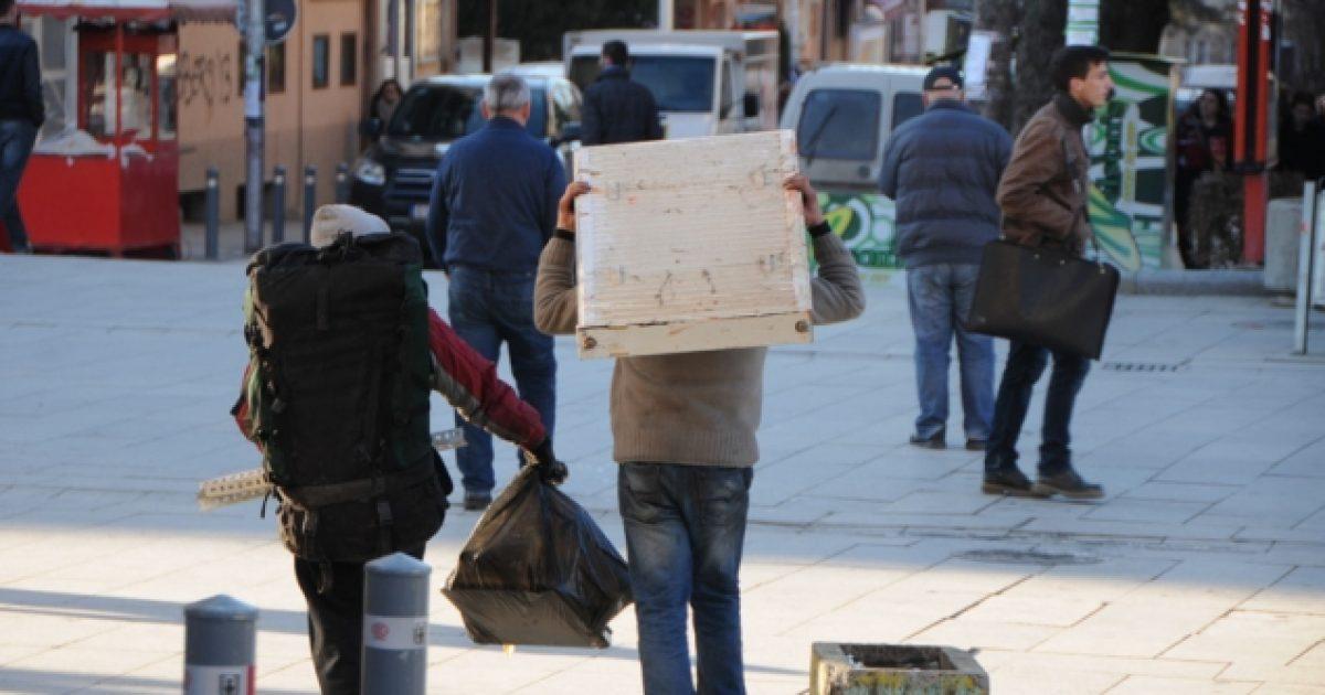 papunesia-dhe-korrupsioni-largojne-te-rinjte-nga-shqiperia