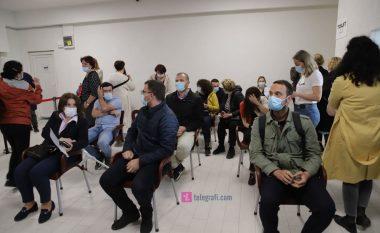 """Në sallën """"1 Tetori"""" profesionistët shëndetësorë marrin vaksinën antiCOVID"""