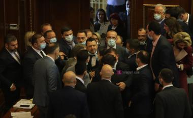 Besim Muzaqi reagon pas përplasjes me Hajdar Beqën në Kuvend: Mos u turrni me yrysh se nuk ua kemi frikën