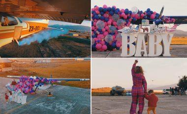 Aeroplani u lëshua me tym të kaltër për të treguar gjininë e fëmijës - festa madhështore që Tuna organizoi gjatë shtatzënisë