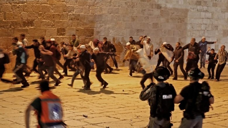Policia izraelite sulmon besimtarët palestinezë brenda xhamisë Al-Aqsa