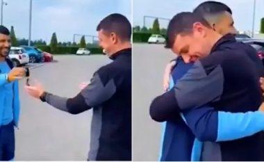 Publikohet video e Agueros duke ia dhuruar veturën e tij Range Rover Evoque punëtorit të klubit të Man Cityt