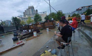 """Pas reshjeve të shiut, qytetarët në Prishtinë """"peshkojnë"""" në amfiteatrin e sheshit """"Zahir Pajaziti"""""""