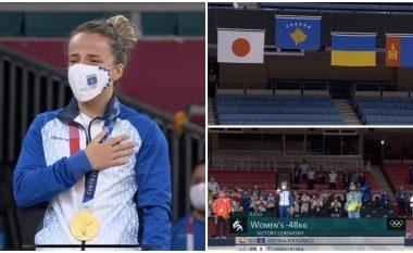 """Momenti kur Distria Krasniqi shpërthen në lot pas marrjes së medaljes së artë dhe intonimit të himnit të Kosovës në """"Tokio 2020"""""""