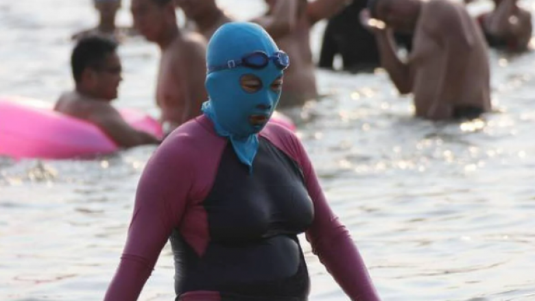Trend i çuditshëm në Kinë dhe Japoni: Maska që mbrojnë lëkurën e fytyrës dhe kokës nga dielli