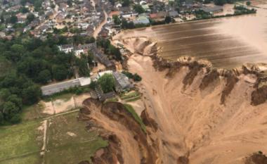 Përmbytjet në Gjermani, toka hapet në Erftstadt