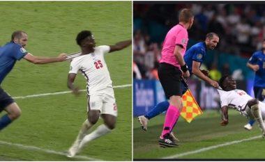 Momenti kur Chiellini shpëtoi nga kartoni i kuq, për të marrë vetëm të verdhin në ndërhyrjen anti-sportive ndaj Sakas