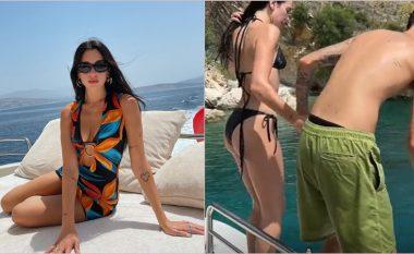 Tërheqëse me bikini të zeza – Dua publikon video duke u hedhur nga anija me Anwar, teksa dëgjohet duke folur në shqip