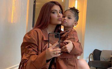 Kylie Jenner thotë se vajza e saj Stormi, 3-vjeçare, po punon për markën e saj