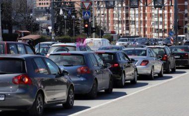 Pezullohet vendimi për taksën prej 5 eurove për automjetet