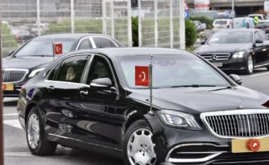 Me dy aeroplanë dhe dhjetëra vetura përcjellëse, Erdogan arrin në Sarajevë - presidenti turk do të hap një xhami dhe do të jetë kumbarë në një dasmë