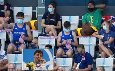 I ulur në shkallët e palestrës dhe duke bërë punime me grep - kampioni olimpik bëhet sensacion në rrjetet sociale