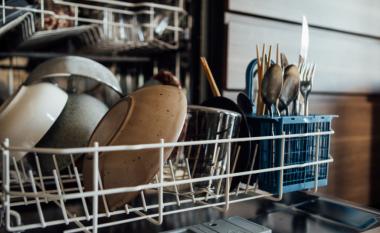 Kjo hile e thjeshtë do të siguroj që enët tuaja të dalin nga pjatalarësja të thara plotësisht çdo herë
