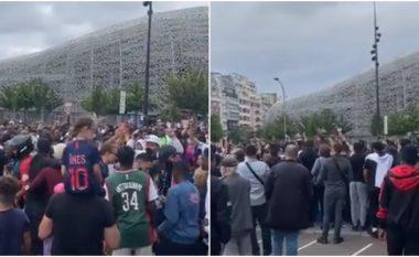 Messi ende nuk ka arritur, por festa te tifozëve të PSG-së tashmë ka filluar para aeroportit të Parisit