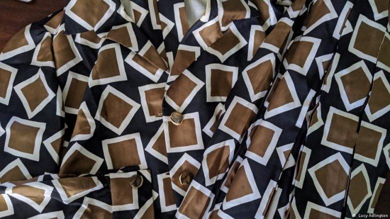 Detaje nga veshja prej mëndafshi e qepur prej Hunya Volkmannit