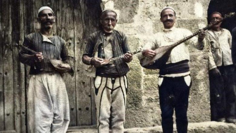 Ilustrim: Foto e realizuar në Rahovec në vitet 1930, nga slloveni Matija Murko. Nga e majta: Xhemë Lata (tambura), Osman Jupi (karadyzen) dhe Adem Hasani – Kadiri (sharki).