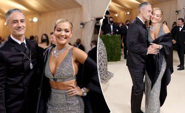 Rita Ora vezulloi në mbrëmjen e Met Gala 2021, shoqëruar nga i dashuri i saj Taika Waititi