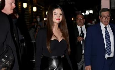 Me disa kilogramë më tepër, Selena Gomez habit me dukjen në një dalje të rrallë publike