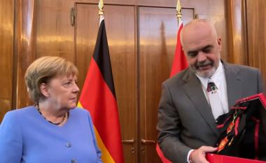 Kryeministri Rama e nderon kancelaren Merkel me medalje