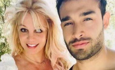 Pak ditë pas raportimeve për fejesë - i dashuri i Britney Spears fshiu fotot e unazës me pretendimin se i është hakuar llogaria në Instagram