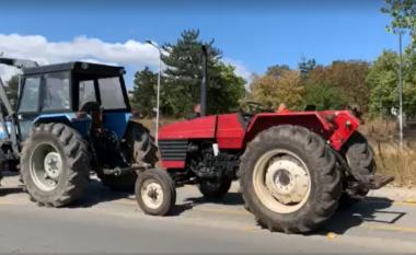 Fermerët me traktorë protestojnë para Ministrisë së Bujqësisë, kërkojnë ndryshimin e kritereve për subvencionim të grurit