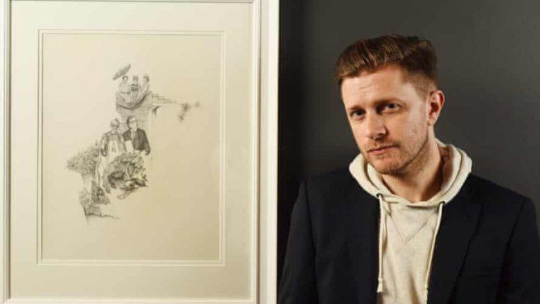 Greg Gilbert (1977-2021) - që vdiq një ditë më parë - në një foto të vitit 2019, bashkë me artin e tij, në kohën kur vuante nga kanceri