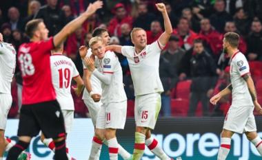 """Incidenti me shishet e ujit në """"Air Albania"""", vjen reagimi i ashpër i FIFA-s"""