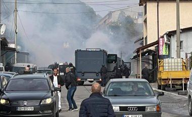 Serbët në veri të Mitrovicës kundërshtojnë operacionin antikontrabandë, sulmojnë me gurë policinë